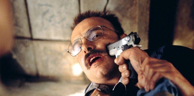 Леонард приставил пистолет к лицу Билли