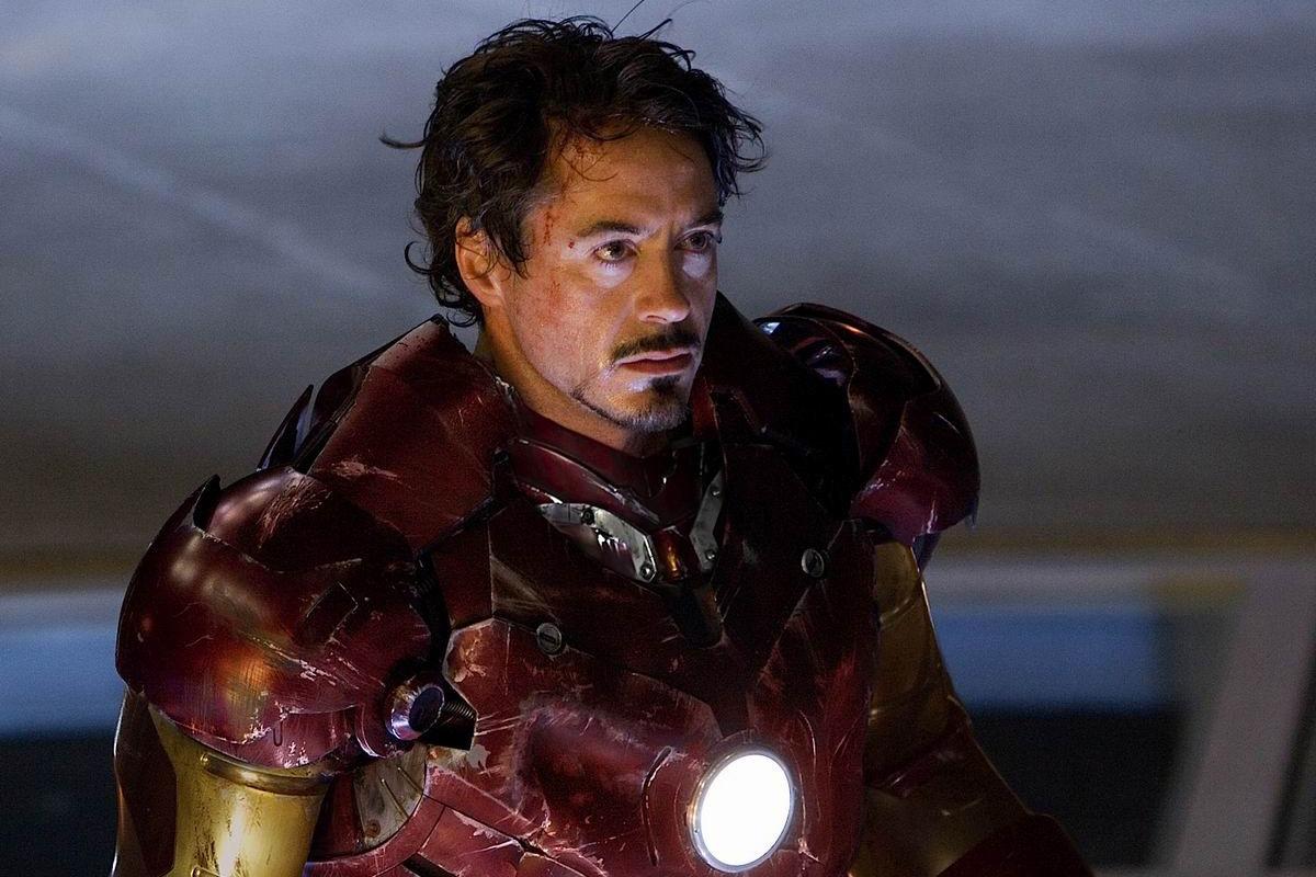 Фильм Железный человек Тони в костюме