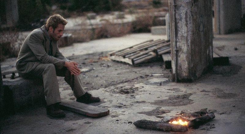 Леонард греется у костра на улице